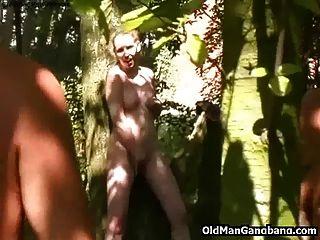 velhos homens fodem na floresta