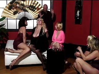 mulheres maduras e dois jovens amigos fofos têm o homem calvo adorar seus pés