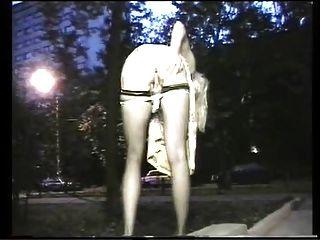 mulher exibicionista ao ar livre