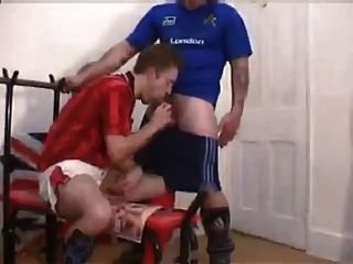 Caras de futebol britânico fodem no vestiário