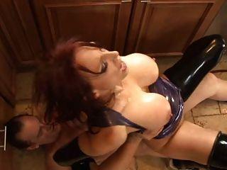 prostituta de látex saltando no galo grande.