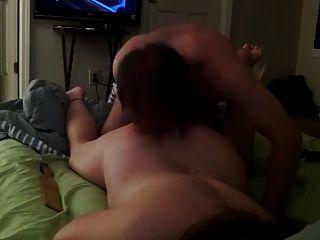 menina com os olhos vendados fazendo sexo na cama