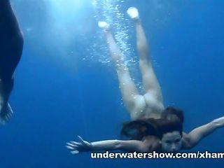 3 meninas descascando no mar