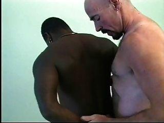O salva-vidas dá o galo ebony cpr, batendo e apertando.
