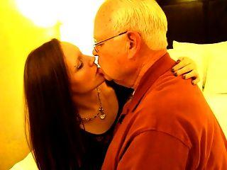 mulher quente beijando um homem de 82 anos