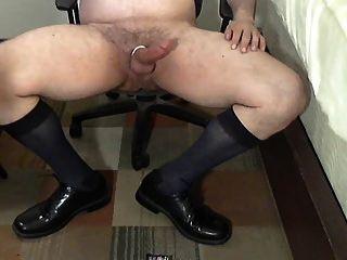 Treinador robusto em otcs empurrando seus sapatos de couro