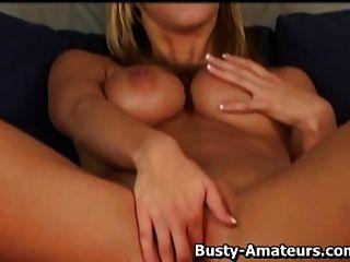sexy babe ryanas tocando sua buceta na cam