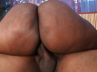 A prostituta negra grossa com túnicas gigantes obtém sua bichinha com gosto no capô de um carro