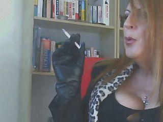 luvas de couro fumando
