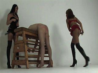 kayla e michelle chicoteando seu escravo