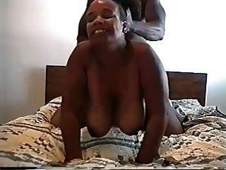 grande esposa redonda de extremidade negra, dada a polca em seu traseiro