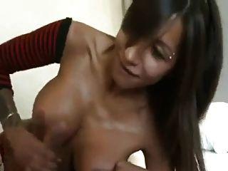 A incrível garota espanhola adora chupar galo