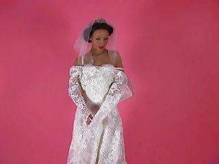 uma provocação erótica 001 uma noiva morena tira de seu vestido