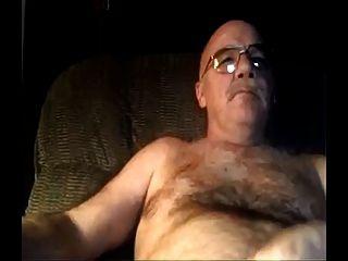 pai peludo de prata assistindo pornografia e cums em sua barriga