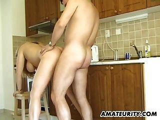 Milf amputado e busty dá cabeça em sua cozinha
