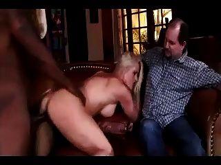 marido gordo assistindo sua esposa usada pelo homem negro