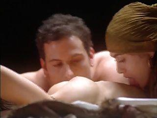 alyssa milano abraço do vampiro (nude na cama)
