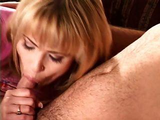 O esposo foda uma prostituta na frente de sua esposa e assistente
