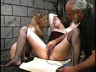 lindas lésbicas bdsm lésbicas com arbustos peludos brincam com vibradores no porão