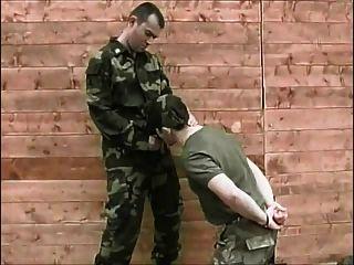 no exército agora sugando um grande galo