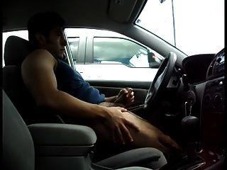 str8 homens jogam no estacionamento