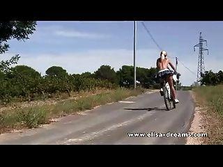 Nu em bicicleta pública e suja