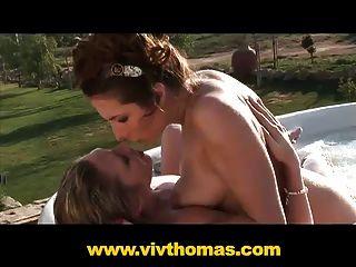 garota chata e gostosa sexualmente satisfeita em seu jacuzzi