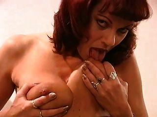 maduro licking seus próprios mamilos