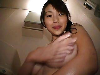 Bonita japonesa brincando com seus peitos