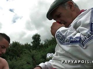 papy se fait pomper par une brunette sodomisee par son pote