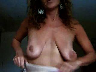 dona de casa madura pisca peitos saggy