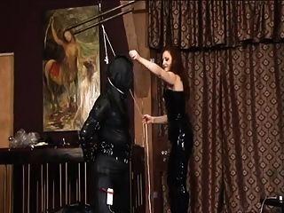amante do látex usando seu escravo