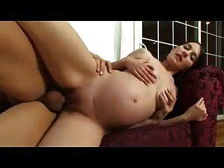 garota grávida sexy é pregada