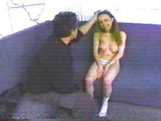 garota fofa com mamas aceitáveis esbofeteada e espancada