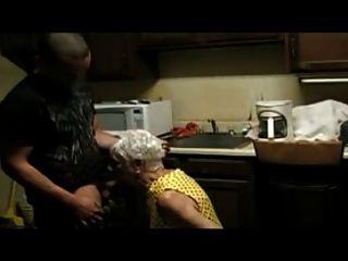 75 anos de idade, senhora, fodendo um jovem rapaz