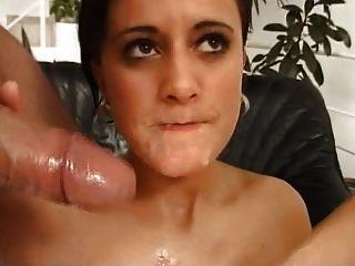 jovem vagabunda deve comer feijão nojento em uma colher