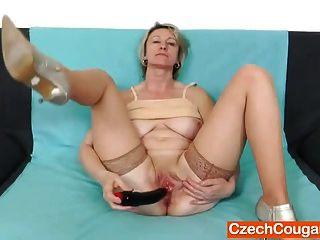 loira amadora mãe solo em meias