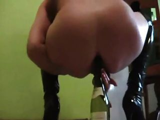 Amadora blonde garrafa de vinho maduro no burro