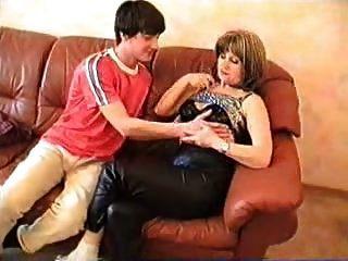 angelas caça madura mãe russa e menino novo
