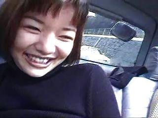 duas meninas japonesas em um carro