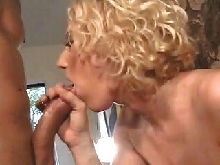 Sexy loira com cabelos loiros com mamas maciças fica anal na lareira