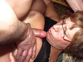 doce mãe bonita com peitos caídos e cara