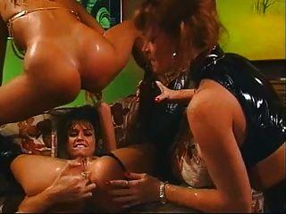 5 mulheres fazendo isso em um bar