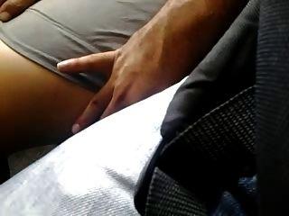 pernas muito sexy tocam no ônibus