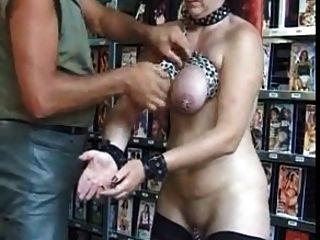 Perfurado escravo maduro com muitos piercings pesados bdsm