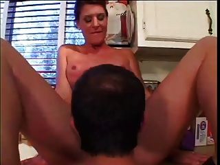 O corpo perfeito milf fode na cozinha