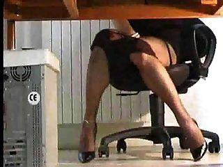 shemale jogando sob a mesa