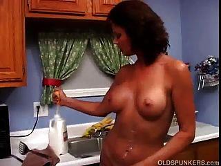sexy milf vanessa videl gosta de se molhar e bagunçar leite