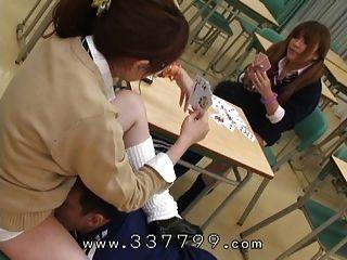 A dona japonesa lambe o bichano para escravo.
