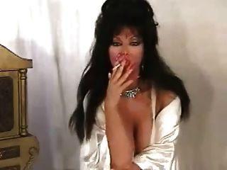 Quente morena de puma solo fumando em lingerie de cetim